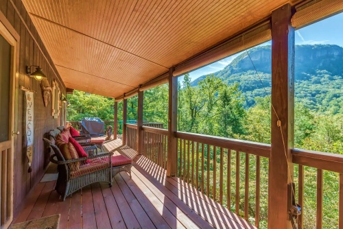 Mountain cabin with hot tub near Asheville in the Blue Ridge Mountains